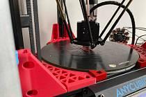 Pomáhat v období pandemie nemoci COVID-19 může i 3D tiskárna.