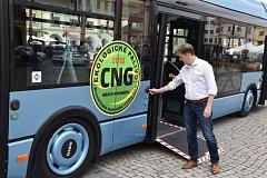 AUTOBUS JE BEZBARIÉROVÝ. O jednoduché obsuze při vstupu do autobusu se přesvědčil i starosta Kroměříže Jaroslav Němec.