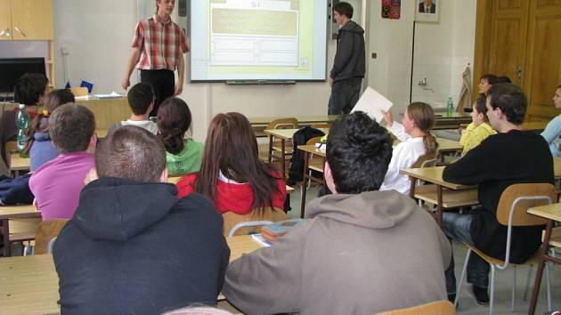 Studenti maturujících ročníků Arcibiskupského gymnázia v Kroměříži si nachystali multimediální prezentace a pak je pod dohledem vyučujících přednesli svým kolegům.