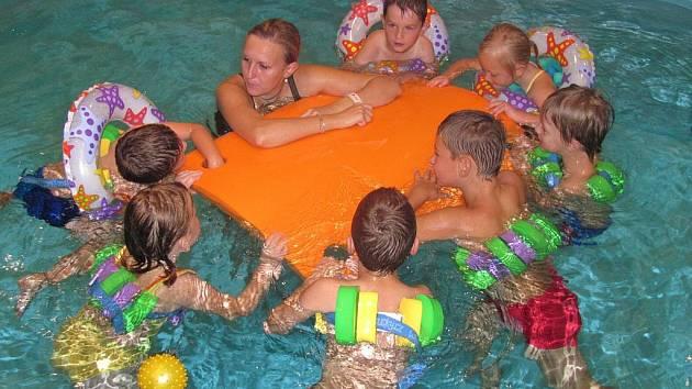 Děti z Mateřské školy Zborovice vyrazily poprvé v úterý 20. září 2011 do Aquacentra ve Zdounkách, kde se učily plavat.