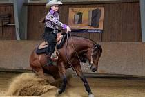 Sedmnáctiletá Karolína Karásková z Kroměříže si už bez koní neumí představit svůj život. Jezdí s nimi závodně.