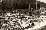 1947.Na fotografii z roku 1947 je vidět areál chvalčovské parní pily. Ta byla původně vodní, o čemž svědčí vodní náhon, který po ní zbyl. Na pile se zpracovávalo dřevo z okolních arcibiskupských lesů až do doby, kdy byla v šedesátých letech zbourána.