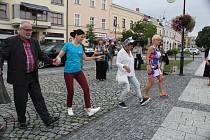 Lidé se na holešovském Festivalu židovské kultury učili židovské tance.