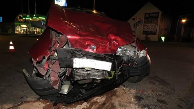 Nehodu s vážným zraněním museli ve čtvrtek o půl šesté večer řešit dopravní policisté a záchranáři na křižovatce ulic Kaplanova a Hulínská v Kroměříži.