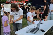 YOUTUBEŘI NA SCÉNĚ. O příjemné zpestření programu se také postarali známí youtubeři. Rozdávali podpisi i selfíčka.