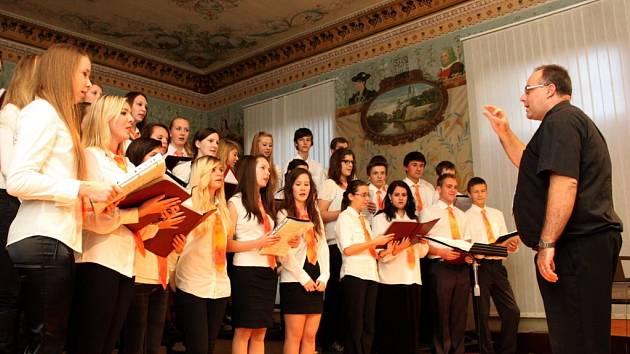 Smíšený pěvecký sbor AVE Arcibiskupského gymnázia vede od září nový sbormistr Jakub Macek.