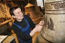 Halenkovští zvonaři chystají modely pro formy zvonů, které si objednala zlínská farnost. S brýlemi zvonař Josef Tkadlec