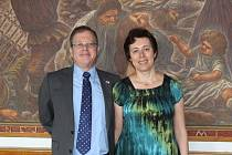 Izraelský velvyslanec Daniel Meron dorazil do Holešova v doprovodu své ženy. Česká republika je jim oběma blízká, velvyslancova manželka Jill Meron má totiž české předky.