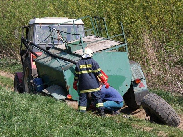 Pomoc hasičů po úniku chemikálie u Holešova.