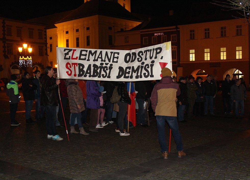 Lidé v Kroměříži demonstrovali 16. prosince na Velkém náměstí proti prezidentu Zemanovi a premiéru Babišovi.