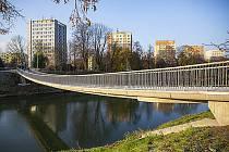 Opravenou lávku přes řeku Moravu otevřela po bezmála dvou letech v úterý 1. prosince radnice v Kroměříži.
