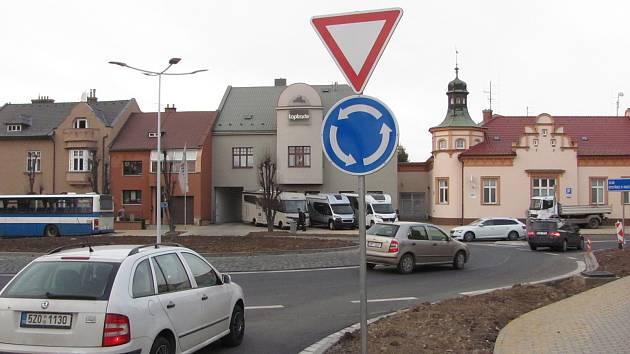 Plynulejší a bezpečnější provoz by měl zajistit nový kruhový objezd v Holešově.