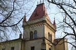 V přílepském zámku, který z tamní tvrze nechal v devatenáctém století vybudovat rod Seilernů, byla v roce 1955 otevřena porodnice. Kvůli prostředí zámeckého parku se sem sjížděly rodičky z celého okolí. Nyní je zámek už přes dvacet let bez využití.
