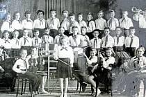 ZB0ROVICE, MEZINÁRODNÍ DEN ŽEN V ROCE 1959. K 10. výročí pionýrského oddílu byly dětem věnovány nové nástroje, se kterými se hned předvedly na oslavě Mezinárodního dne žen.