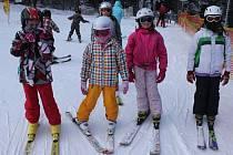 Konečně přišla zima i na Kroměřížsko. V sobotu se opět rozjel vlek na Trojáku. I přes mrazivé počasí a vítr na sjezdovce bylo plno. Ani malé lyžaře extrémně nízké teploty neodradily.