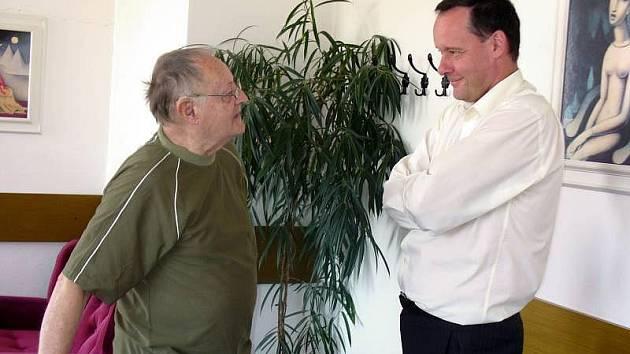 Vzácná návštěva zavítala na začátku posledního červnového týdne do kroměřížské nemocnice: syn druhého ředitele a primáře nemocnice, který tam působil od konce třicátých do konce padesátých let, profesor Jindřich Mourek.