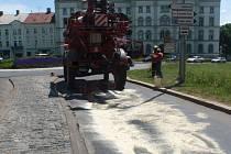Únik oleje zavinil dopravní zácpy v centru Kroměříže