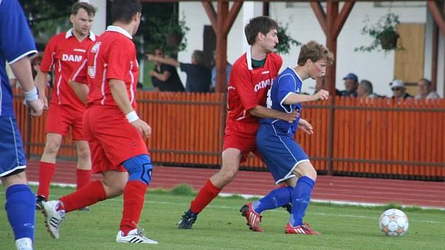 Fotbalisté Zdounek (v modrém) chtějí prohánět nejlepší týmy.