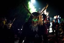 POŘÁD V ROLI. Když se stane Milan Šolc hrůzu nahánějícím čertem, nesundá nikdy před před zraky lidí svou masku.