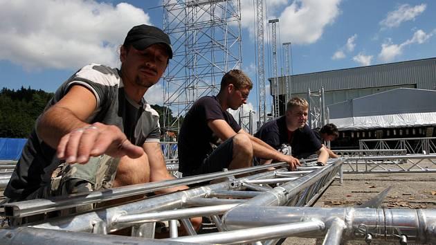 Masters of rock. Bedńáci staví pódium a zvučí Jelínkův areál, kde se koncert koná.