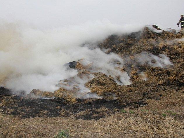 U Rataj hořel stoh slámy.