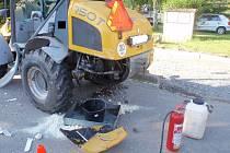 Dva těžké nákladní stroje se ve čtvrtek 1. června brzy ráno srazily ve Zborovicích: u nehody museli zasahovat kromě policistů také profesionální hasiči a zranil se při ní také jeden z řidičů.FOTO: HZS ZK