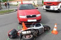 Nehoda skútru a Fabie komplikovala dopravu u Květné zahrady