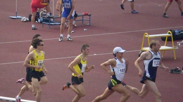 V úvodním kole extraligy bodoval v dresu Kroměříže také Pavel Dvořák (první zleva), který na trati 1500 metrů doběhl na třetím místě.