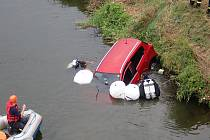 Na záchranu auta, které sjelo do řeky Moravy byli povolání i potápěči z Olomouce. Pomocí vaků auto nazdvihli a poté vyprostili na břeh.