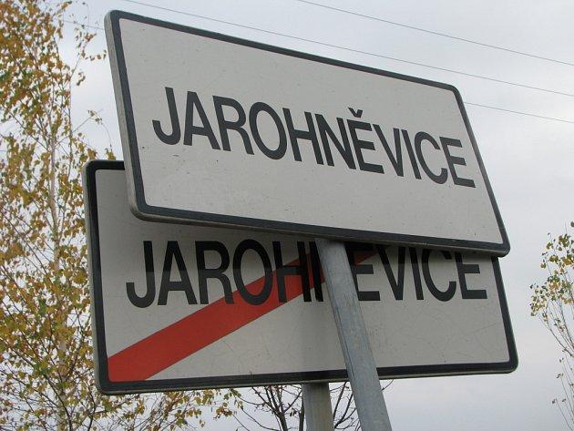 V Jarohněvicích někdo vyvrátil značku. Buď ji přemístil v opilosti, nebo do ní narazil. Jednu pak přihodil k druhé.