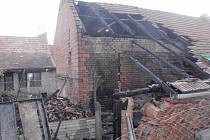 Plameny zachvátily přístřešek na dřevo u rodinného domu v Koryčanech.