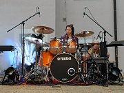 Desítky návštěvníků přilákal ve středu na nádvoří kroměřížské radnice už dvaadvacátý ročník bubenické show, tentokrát s názvem Kroměříž bubnuje.