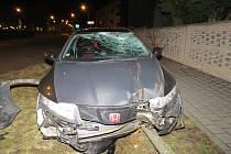 Bez jakéhokoli zranění se naštěstí obešla dopravní nehoda, k níž došlo uplynulou středu 14. března ve 21.50 hodin v kroměřížské ulici Velehradská: policie přesto hledá svědky, aby objasnila příčiny havárie.