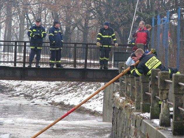 V těchto dnech jsou koryta řek plná ledu a hasiči se snaží těmto řekám ulevit. Ve čtvrtek 22. ledna profesionální hasiči z Kroměříže pomocí jeřábu rozbíjeli led v řece Rusavě v Hulíně.