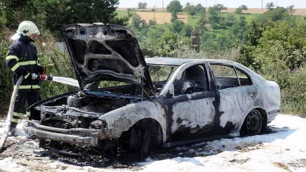 Požár octavie na poli u Zdounek