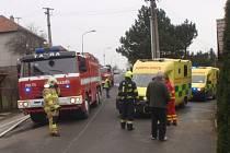 V Mrlínku hořel rodinný dům, do akce musel i vrtulník