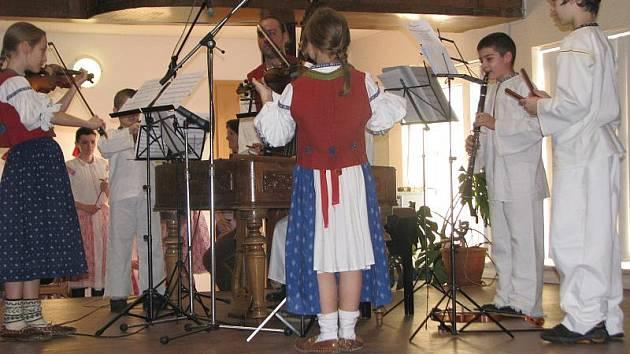 Vystoupení dětských souborů na folklórním bále v Bystřici pod Hostýnem.