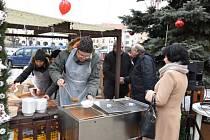 Potřetí zpříjemnila letos lidem sváteční atmosféru v Kroměříži vánoční polévka.