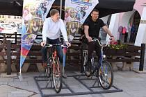 Zajímavé zpestření letní sezony připravila turistům i obyvatelům města kroměřížská radnice: na tamním Velkém náměstí se totiž naproti radnici objevily dva k zemi připevněné bicykly, které spouští projekci na stěnu. Vyzkoušel si je i starosta města Jarosla