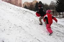 Také v Kroměříži si děti i dospělí užívají zimních radovánek. Vyrážejí buď na na nový sáňkařský kopec na tamním sídlišti Oskol či na Bagrák, který se proměnil v kluziště.