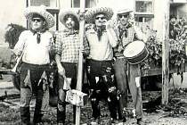 STŘÍŽOVICE, KÁCENÍ MÁJE V ROCE 1966. Tradice kácení májky se ve Střížovicích dodržovala každých deset let.