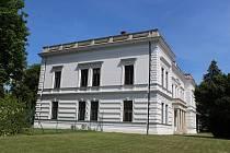 Rozlehlé sídlo nechali v Bystřici pod Hostýnem postavit synové a nástupci německého továrníka Michaela Thoneta.