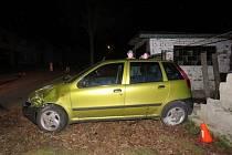 V Morkovicích řešili policisté v neděli 7.2. v noci nehodu, při níž řidič naboural auto i rodinný dům: škoda dělá sedmdesát tisíc.