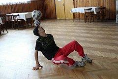 Míčový žonglér Bursas Charalambos z Branek si v sobotu 19. května 2018 připsal na konto další světový rekord. Celkem 2 hodiny a 9 minut dokázal udržet na hlavě jeden, dva i tři míče.