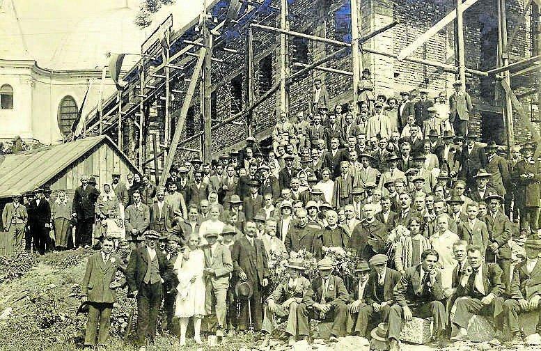 STAVBA NA SVATÉM HOSTÝNĚ. Na snímku jsou zachyceni lidé, kteří se podíleli na výstavbě poutního domu na Svatém Hostýně, který byl v roce 1928 posvěcen olomouckým arcibiskupem Leopoldem Prečanem.