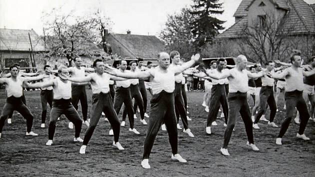 1965. Na snímku z roku 1965 jsou zachyceni členové tamního Sokola při jednom z veřejných cvičení. Sokol měl v obci dlouhou tradici – založen byl v roce 1919 a měl desítky členů.