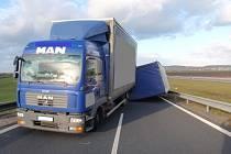Na sjezdu z dálnice D1 nedaleko Hulína se ve středu 18.11. převrátil přívěs nákladního vozu, místo muselo být dočasně uzavřeno.