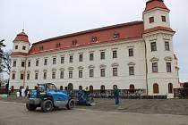 Pracovníci holešovských technických služeb už připravují terén i zázemí pro veřejné kluziště v zámecké zahradě: jeho provoz po loňské úspěšně premiéře schválili i letos, začíná ve středu 10. ledna.
