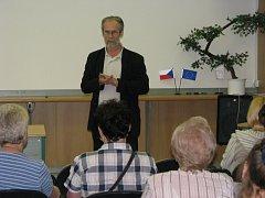 Komentátor deníku Ivan Hoffman přijel 18. 6. 2008 do knihovny v Kroměříži, kde na besedě představil svoji novou knížku Demontáž řetězu.