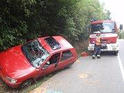 Řidička osobního auta skončila u Drahlova na střeše, ve voze s ní navíc cestovala i její malá dcerka: obě skončily v péči zdravotníků